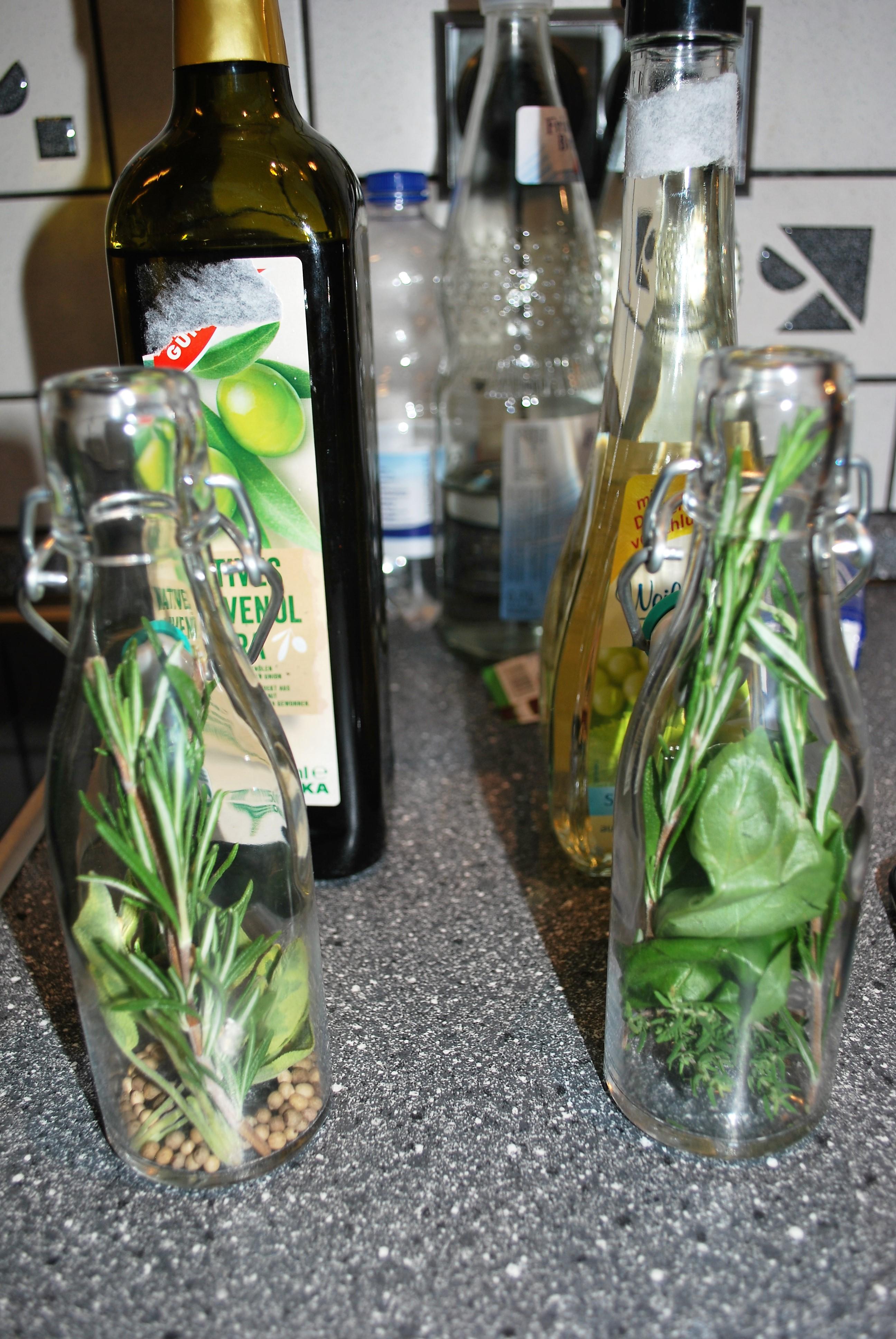 Kräuter in den Flaschen
