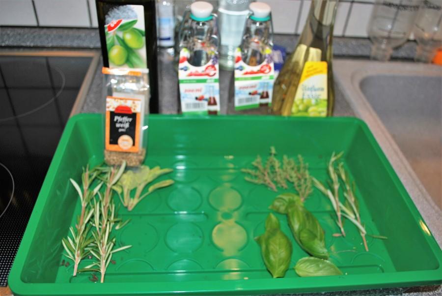 Zutaten für Kräuteröl und Kräuteressig